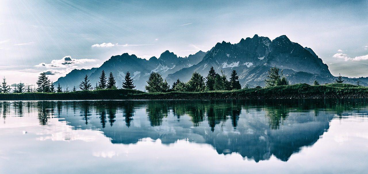 Rivière profonde, haute montagne
