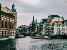 Amsterdam offre deux visages aux voyageurs