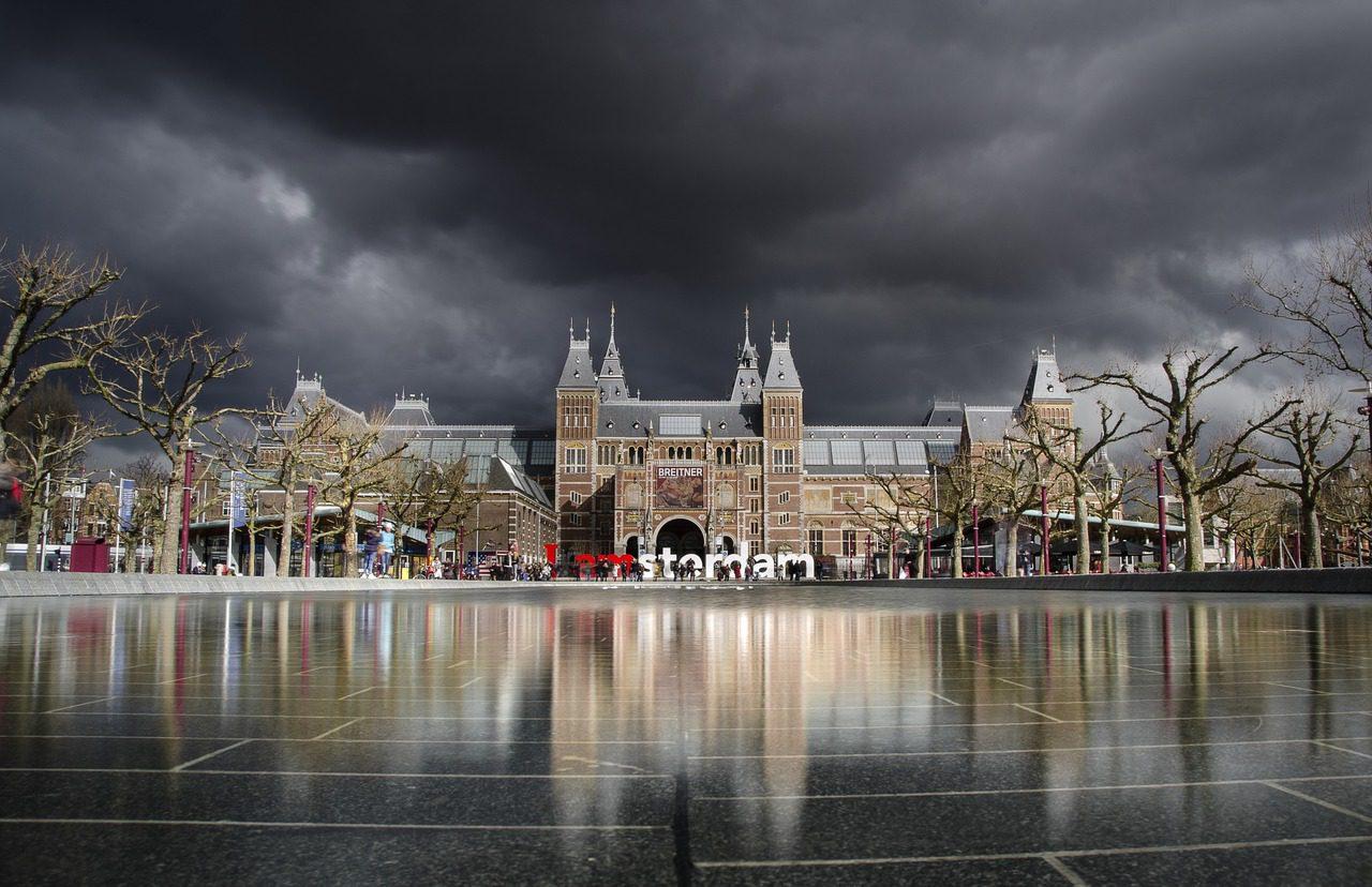 Admirant l'art d'Amsterdam