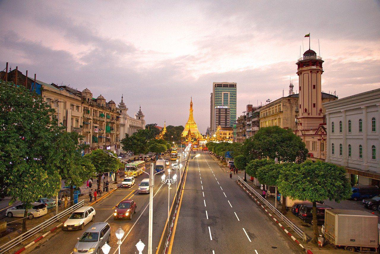 La vie qui tourne autour du temple de Shwedagon