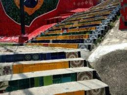 Monter l'escalier Selaron, une autre activité de Rio de Janeiro