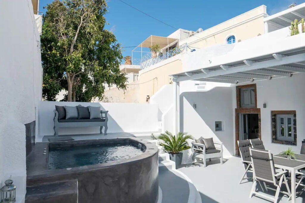 Santorini Secret Spot : Luxueuse Villa Cycladique avec 2 Jacuzzis, et sa majestueuse terrasse.