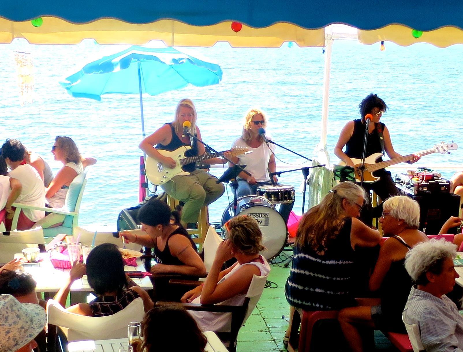 Le Flamingo Beach Bar à Lesbos, voyez la vie en rose !